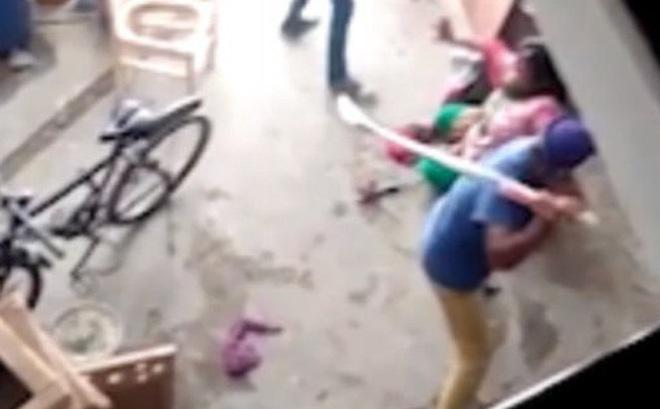 Ấn Độ: Sinh con gái, người phụ nữ bị gia đình chồng dùng gậy đánh cho thừa sống thiếu chết