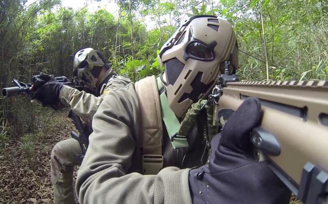 """Đặc nhiệm Anh thử nghiệm mũ bảo hiểm """"Star war"""" chống đạn AK-47"""