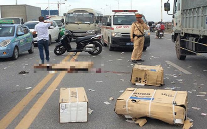 Hà Nội: Xe máy va chạm xe tải trên cầu Vĩnh Tuy, 1 người tử vong