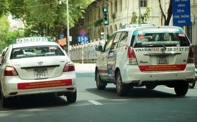Toàn cảnh vụ dán biểu ngữ phản đối Uber, Grab của giới taxi