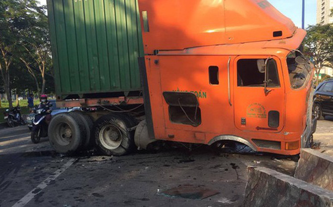 Xe container mất lái gây náo loạn đường phố, húc bay 50 mét dải phân cách ở Sài Gòn