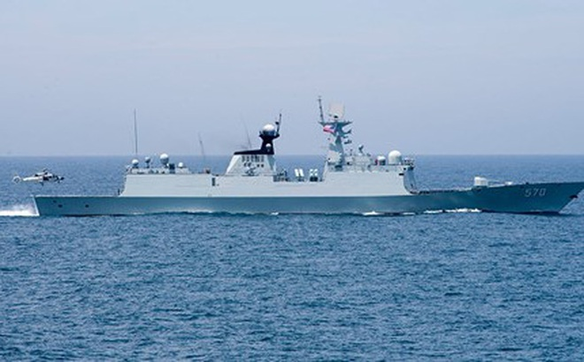 """Trung Quốc điều cả tàu chiến, máy bay """"bám đuôi"""" tàu khu trục Mỹ ở Biển Đông"""