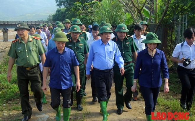 Hình ảnh xúc động: Phó Thủ tướng Trương Hòa Bình thắp hương cho nạn nhân bị lũ cuốn bên dòng suối Thia