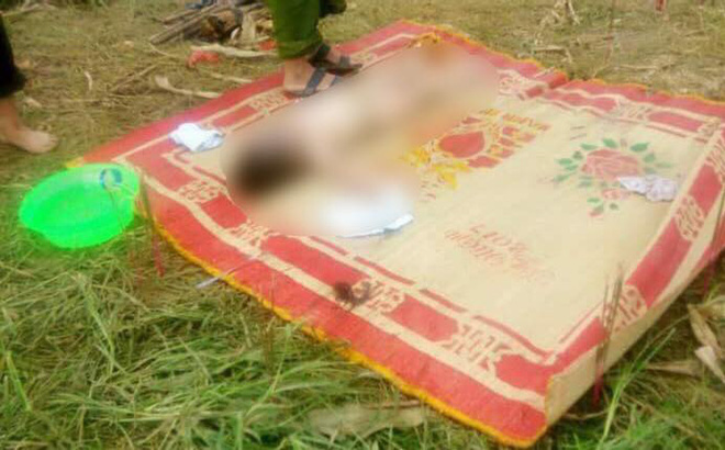 Nhói lòng bé gái 3 tuổi bị lũ giật khỏi vòng tay mẹ