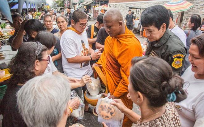 """""""Thánh Muay Thái"""" Buakaw quét chùa, đi khất thực được cảnh sát hộ tống"""