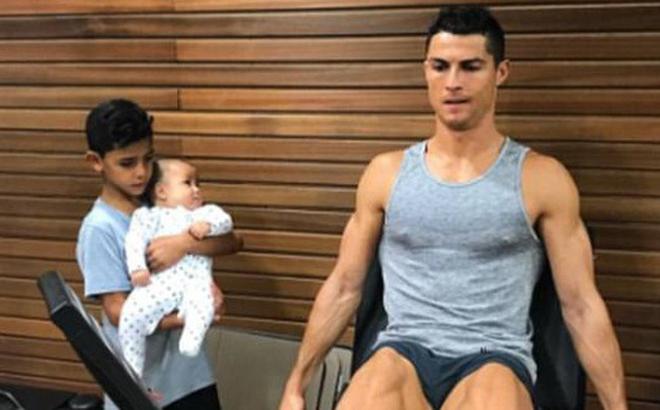 Con trai 4 tháng tuổi của Ronaldo tròn mắt nhìn bố luyện tập