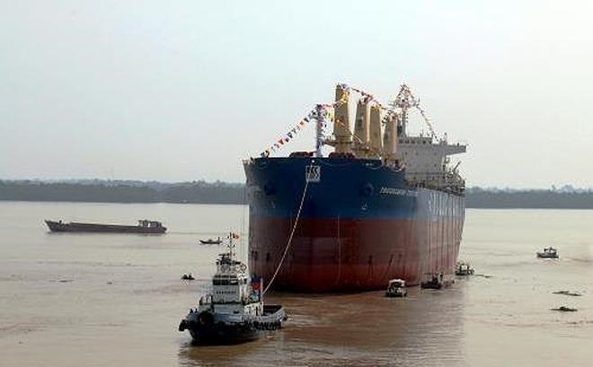 Tàu phát nổ, 4 thuyền viên bị thương nặng