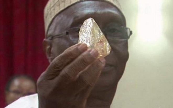 Tìm thấy viên kim cương khổng lồ 476 carat tại Sierra Leone