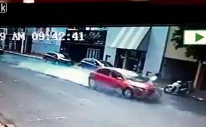 """Video: Ô tô phanh """"cháy"""" lốp vẫn đâm người bay 10m"""