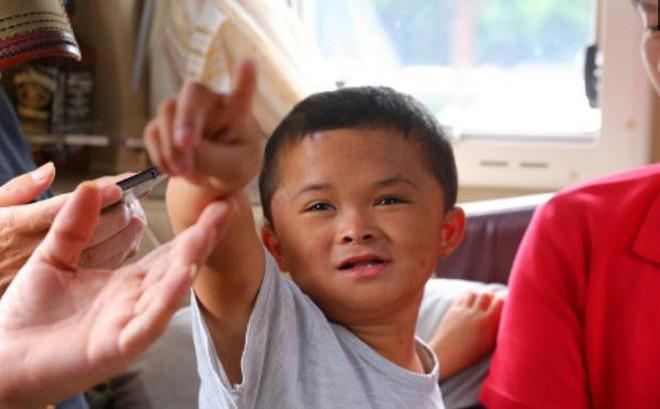 """Cậu bé nghèo biến thành """"cỗ máy kiếm tiền"""", tấn công làng giải trí nhờ giống hệt Jack Ma"""