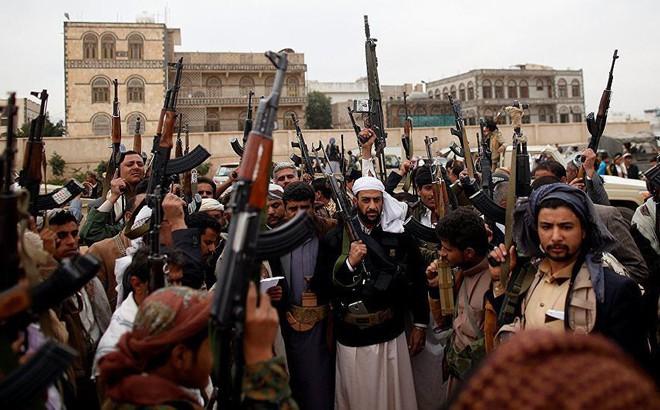 Quân Houthi phóng tên lửa ATGM thiêu hủy xe thiết giáp, ô tô Ả rập Xê út