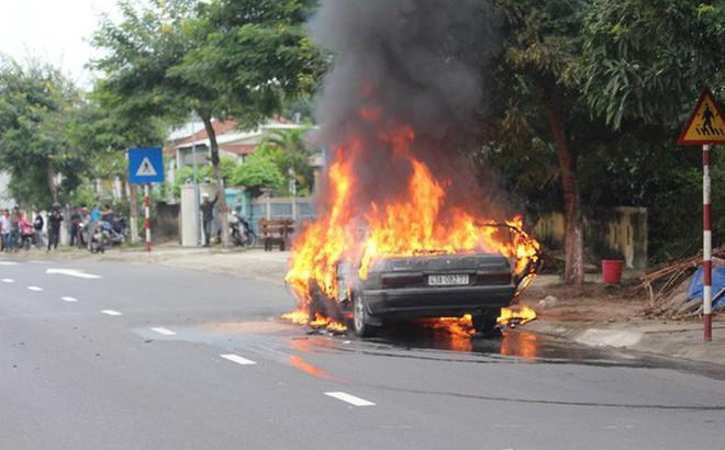 Ô tô bốc cháy ngùn ngụt khi đang lưu thông trên đường