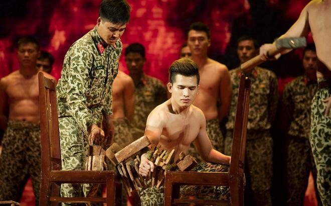 Quốc Thiên mình trần, biểu diễn khí công với chiến sĩ đặc công