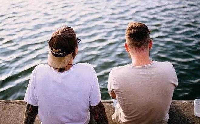 Nhà có anh, em trai dễ… đồng tính?