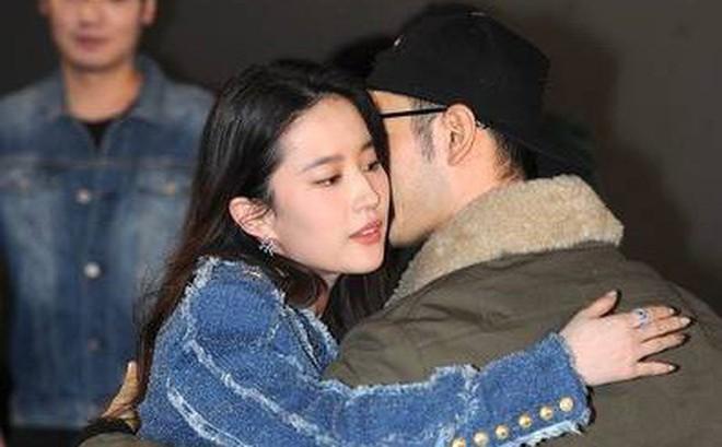 """""""Cô Cô"""" Lưu Diệc Phi hạnh phúc ôm chầm lấy """"Quá Nhi"""" Huỳnh Hiểu Minh tại sự kiện"""