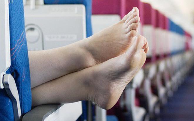 Cởi giày trên máy bay, người đàn ông bị hành khách khác đâm trọng thương vì tất chân quá thối