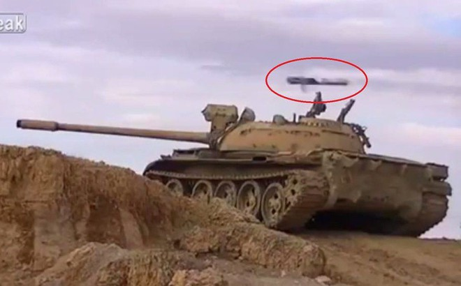 """Phiến quân nã tên lửa chống tăng, T-55 Syria """"chết hụt"""" trong gang tấc"""