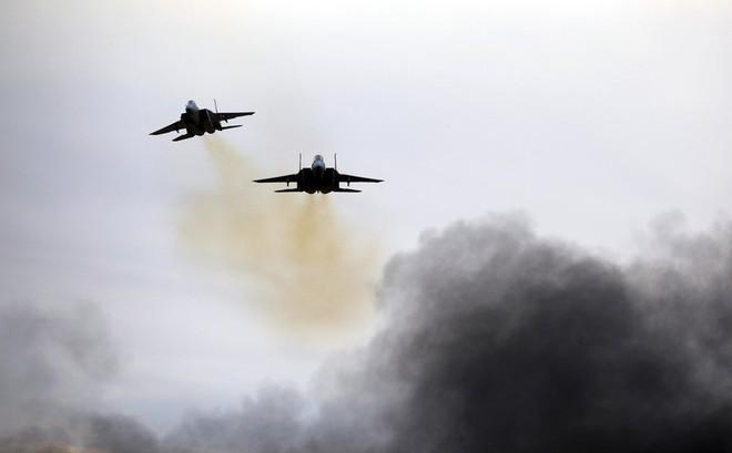 """Giật mình vì bị nã """"tên lửa Iran"""" từ Gaza, Israel tung không lực dồn dập giáng trả"""