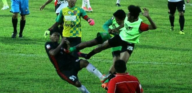 Indonesia: Cầu thủ song phi như phim chưởng, trọng tài bị đuổi chạy thục mạng - Ảnh 2.