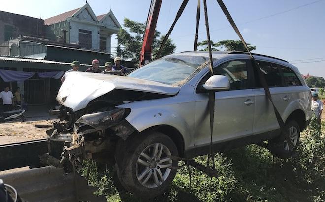 Cẩu xe Audi tiền tỷ từ ruộng rau muống lên sau tai nạn