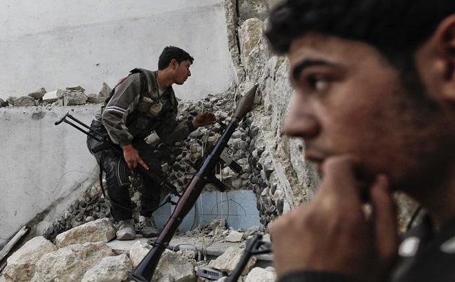 """Phe đối lập Syria """"gặp hạn"""": Bị IS chống trả bằng xe bom, 10 tướng đầu hàng quân chính phủ"""