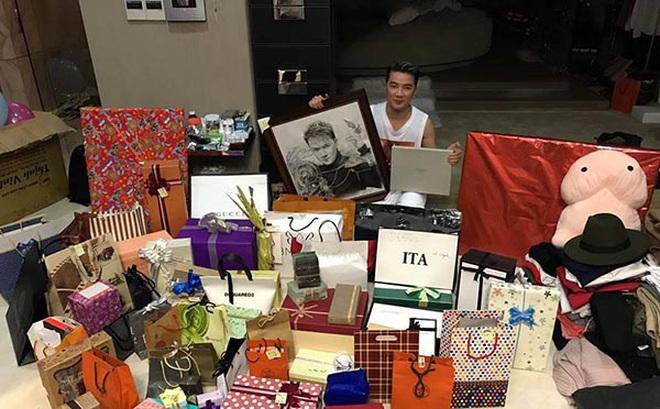 Đàm Vĩnh Hưng khoe quà sinh nhật toàn hàng hiệu đắt đỏ
