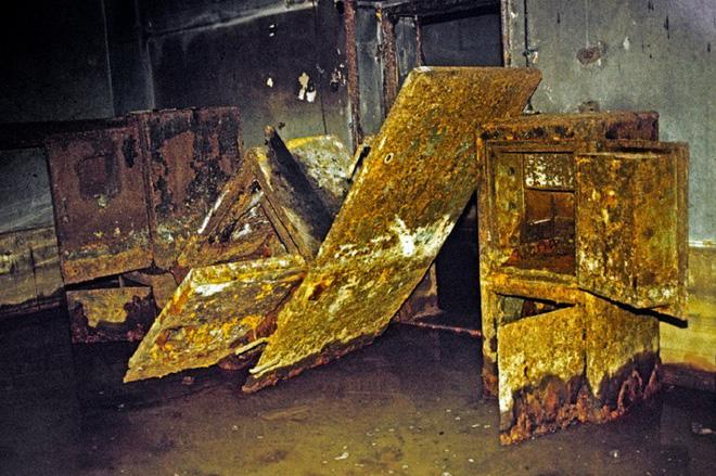 Thâm nhập hầm trú ẩn bí mật của Hitler sâu 30m dưới lòng đất: Đội thám hiểm bị ám ảnh - Ảnh 13.