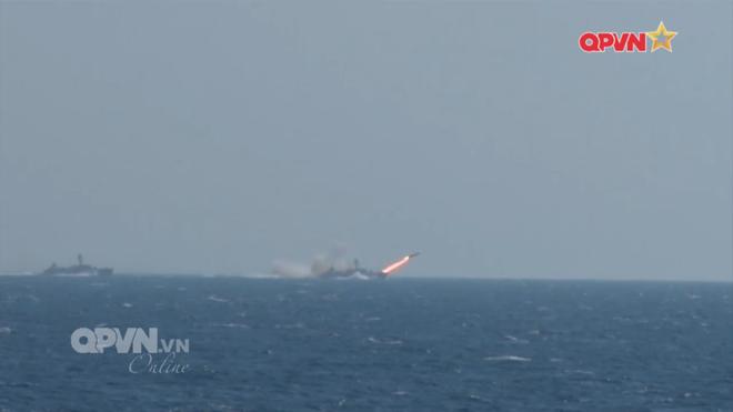 [VIDEO] Tàu hộ vệ tên lửa 012 Lý Thái Tổ phóng tên lửa Uran-E - Ảnh 5.