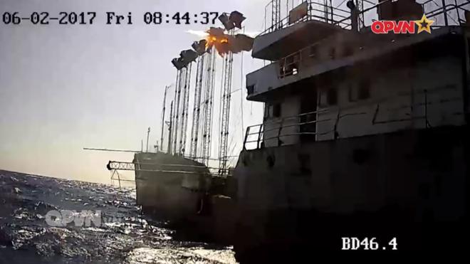 [VIDEO] Tàu hộ vệ tên lửa 012 Lý Thái Tổ phóng tên lửa Uran-E - Ảnh 7.