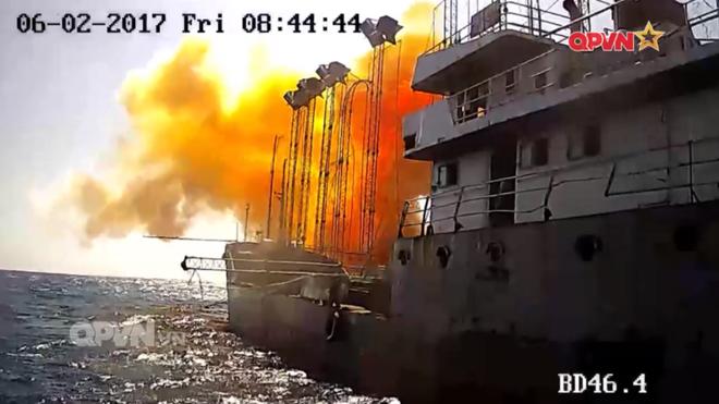 [VIDEO] Tàu hộ vệ tên lửa 012 Lý Thái Tổ phóng tên lửa Uran-E - Ảnh 8.