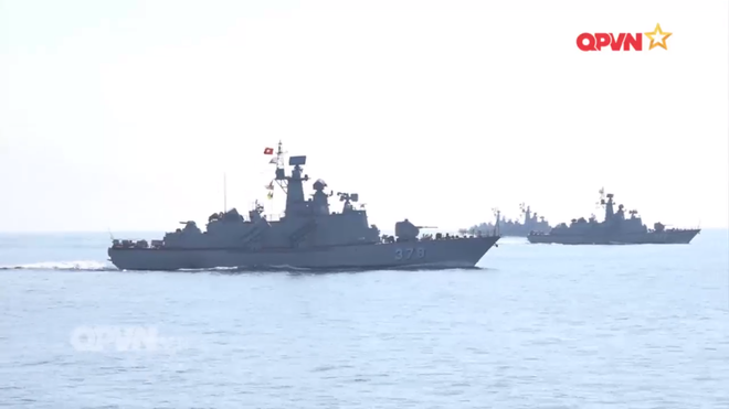[VIDEO] Tàu hộ vệ tên lửa 012 Lý Thái Tổ phóng tên lửa Uran-E - Ảnh 10.
