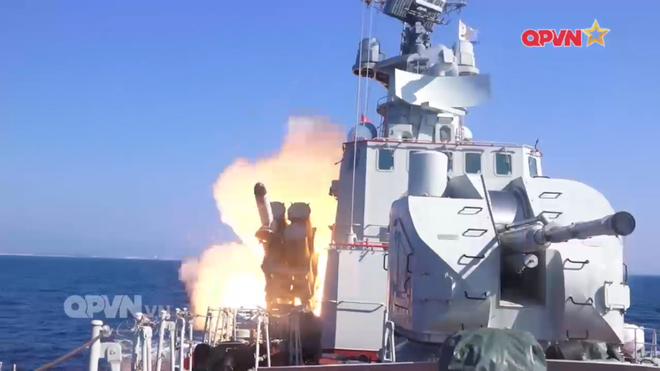 [VIDEO] Tàu hộ vệ tên lửa 012 Lý Thái Tổ phóng tên lửa Uran-E - Ảnh 11.
