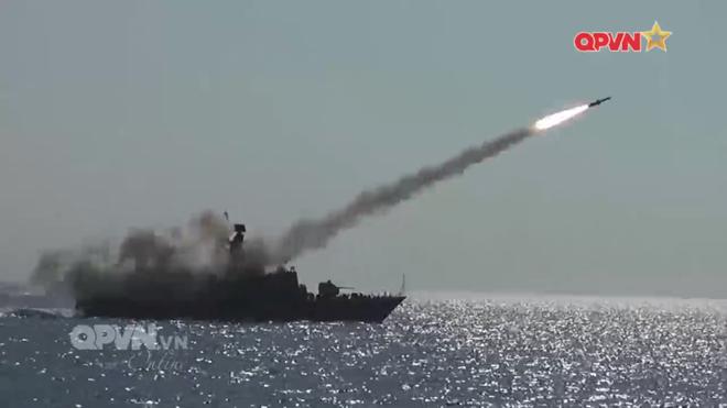 [VIDEO] Tàu hộ vệ tên lửa 012 Lý Thái Tổ phóng tên lửa Uran-E - Ảnh 13.