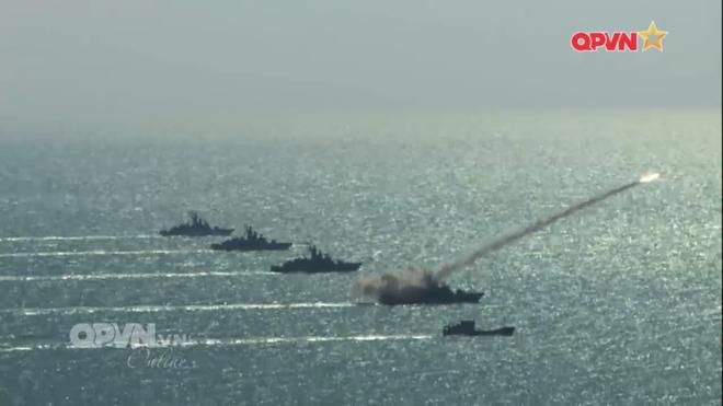 [VIDEO] Tàu hộ vệ tên lửa 012 Lý Thái Tổ phóng tên lửa Uran-E - Ảnh 14.