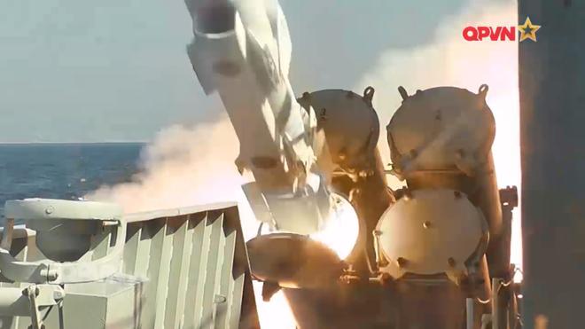 [VIDEO] Tàu hộ vệ tên lửa 012 Lý Thái Tổ phóng tên lửa Uran-E - Ảnh 18.