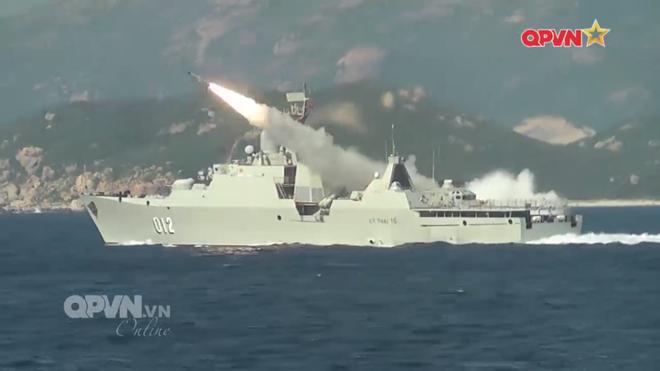 [VIDEO] Tàu hộ vệ tên lửa 012 Lý Thái Tổ phóng tên lửa Uran-E - Ảnh 19.