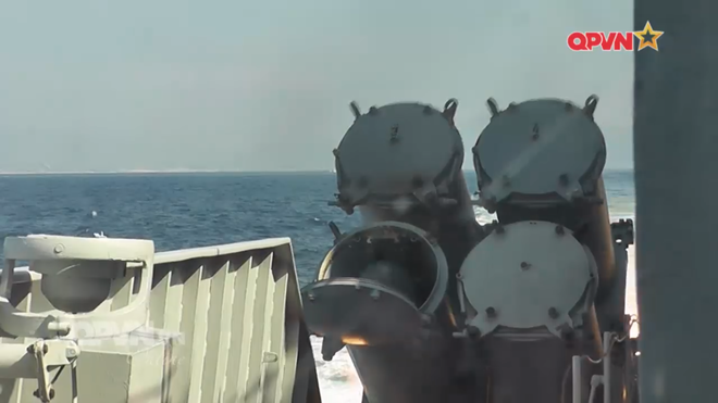[VIDEO] Tàu hộ vệ tên lửa 012 Lý Thái Tổ phóng tên lửa Uran-E - Ảnh 17.