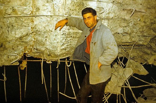 Thâm nhập hầm trú ẩn bí mật của Hitler sâu 30m dưới lòng đất: Đội thám hiểm bị ám ảnh - Ảnh 9.