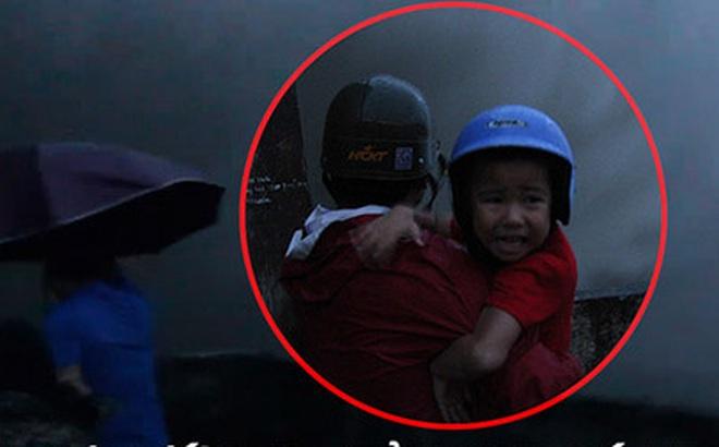 Trẻ con khóc thét khi chứng kiến thủy điện Hòa Bình xả lũ, người lớn vô tư chụp ảnh