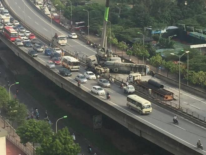 Xe bồn đâm đuôi xe tải rồi lật ngang chắn giữa đường trên cao ở Hà Nội - Ảnh 2.