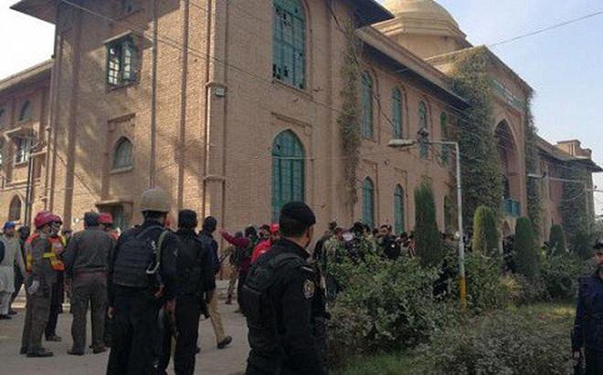 Pakistan: Tay súng Taliban cải trang thành phụ nữ tấn công trường đại học