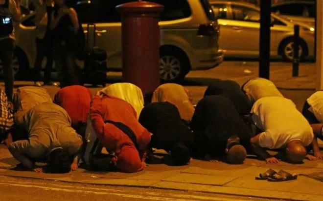Lao xe tải vào đám đông người Hồi giáo ở London: Cảnh sát Anh xác nhận vụ tấn công mang dấu hiệu khủng bố - Ảnh 3.