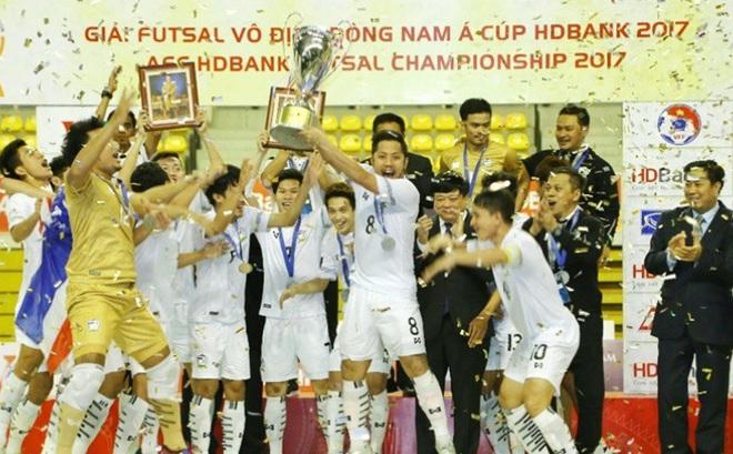 """Vô địch nghẹt thở, HLV Thái Lan thừa nhận đã """"kinh ngạc"""" vì Malaysia"""