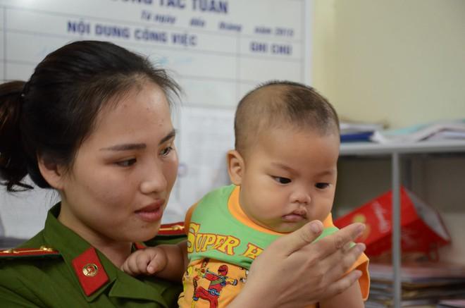 Tâm sự của Thiếu uý công an cho bé trai 7 tháng tuổi bị bỏ rơi bú 1