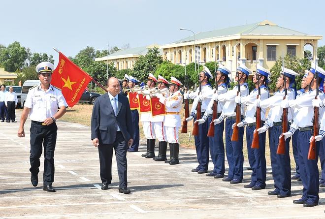 Thủ tướng kiểm tra công tác huấn luyện sẵn sàng chiến đấu của Lữ đoàn tên lửa bờ 681 - Ảnh 1.