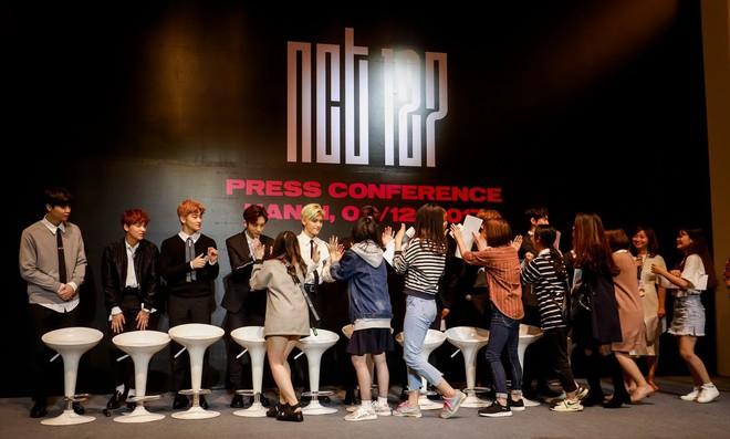 Nhóm NCT 127 bất ngờ trước sự hâm mộ cuồng nhiệt của fan Việt - Ảnh 4.