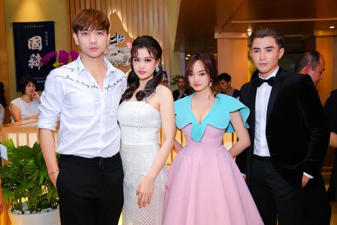 Tim và Trương Quỳnh Anh liên tục thể hiện tình cảm trước đám đông sau tin đồn ly hôn 8