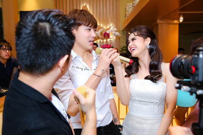 Tim và Trương Quỳnh Anh liên tục thể hiện tình cảm trước đám đông sau tin đồn ly hôn 7