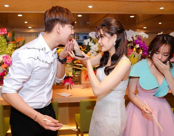 Tim và Trương Quỳnh Anh liên tục thể hiện tình cảm trước đám đông sau tin đồn ly hôn 5