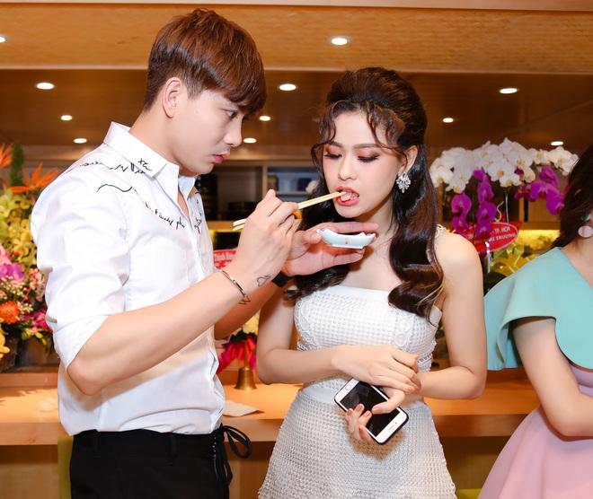 Tim và Trương Quỳnh Anh liên tục thể hiện tình cảm trước đám đông sau tin đồn ly hôn 6